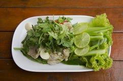Kokt griskött med limefruktvitlök och kryddig söt sau för chili och för citron fotografering för bildbyråer