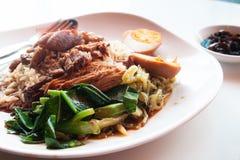 Kokt griskött med ris och ägget, Kines-thailändsk traditionell favorit royaltyfria bilder