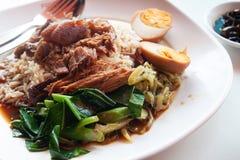 Kokt griskött med ris och ägget, Kines-thailändsk traditionell favorit royaltyfri fotografi