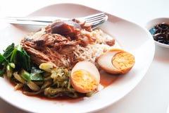 Kokt griskött med ris och ägget, Kines-thailändsk traditionell favorit arkivbild