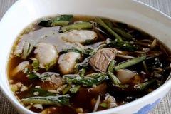 Kokt griskött- och grisköttbollsoppa med grönsaken i den vita pilbågen royaltyfri foto