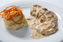 Kokt höna med vit mosade potatisen och mashroomsås royaltyfri fotografi
