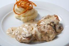 Kokt höna med vit mosade potatisen och mashroomsås arkivbilder