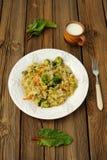 Kokt kål med broccoli, chardsidor Arkivfoton