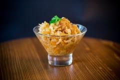 Kokt kål med morötter i en glass bunke Arkivbilder