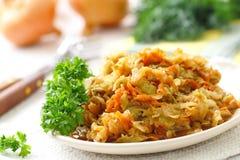 Kokt kål tjänade som på tabellen och förberett för att äta Vegetarisk mat Arkivfoton