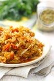 Kokt kål tjänade som på tabellen och förberett för att äta Vegetarisk mat Arkivbilder