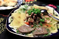 kokt kött med nudlar arkivfoto