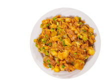 Kokt kött med potatisar, lök på plattan Top beskådar isolerat arkivfoto