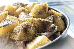 Kokt lagad mat höna med potatisar som är förberedda för lunch eller dinne Royaltyfria Bilder