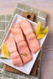 Kokt lax på den vita plattan tjuvjagad laxfilé Godan för hälsa bantar fisken Arkivbilder