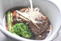 Kokt nötkött, kokt griskött med grönsaken Arkivbilder