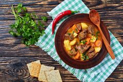 Kokt nötkött med potatisen och morötter arkivfoto