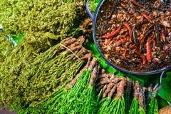 Kokt neem blommar och den kryddiga sötsaken och det sura tamarindfruktdoppet eller i thailändskt fotografering för bildbyråer