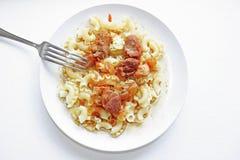 Kokt pasta med grisköttsås Arkivfoton