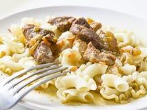Kokt pasta med grisköttsås royaltyfria foton