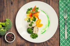 Kokt seabass med ångade grönsaker - totalt sunt mål Top beskådar Närbild arkivfoton