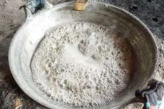 Kokt socker från socker gömma i handflatan i panna Kokt vatten Tuggningsocker Utomhus- matlagning Arkivbilder
