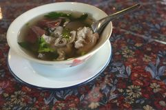 Kokt soppa för grisköttblod i en vit kopp royaltyfri foto