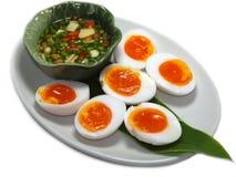 Kokta ägg med fisksuace och chili och vitlök Arkivfoto