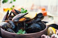 Kokta musslor i keramisk bunke och behandla som ett barn bläckfiskar som är klara att äta Royaltyfria Foton