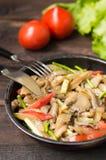 Kokta ostronchampinjoner med grönsaker i en panna spelrum med lampa Top beskådar Närbild fotografering för bildbyråer