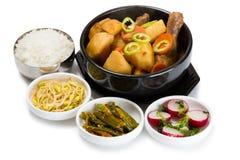 Kokta potatisar med höna med kryddiga sallader Royaltyfri Bild