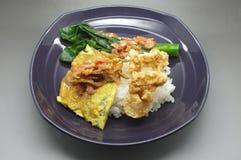 Kokta ris med räka klistrar chilisås med den gröna grönsaken och frasigt griskött arkivbild