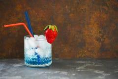 Koktajl Błękitna laguna na ciemnym tle Zdjęcia Royalty Free