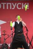 koktajl Barmanu przedstawienie na plenerowej czerwonej scenie Zdjęcie Stock