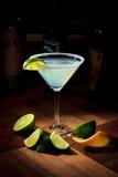 Koktajl Margaret z lodem w koktajlu szkle na wysokim trzonie na drewnianym stojaku (Martini szkło) Zdjęcie Stock