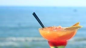 Koktajl na plaży, błękitnym morzu i nieba tle, zdjęcie wideo