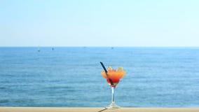 Koktajl na plaży, błękitnym morzu i nieba tle, zbiory wideo