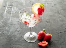 Koktajl robić od truskawek i rozmarynowych kostek lodu w szkło Zdjęcia Royalty Free