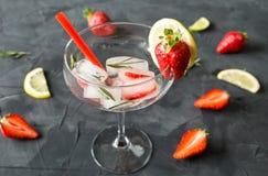 Koktajl robić od truskawek i rozmarynowych kostek lodu w szkło Obrazy Stock