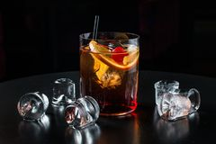 Koktajl w szkle lód lód na stole na czarnym tle i Obrazy Royalty Free
