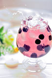 Koktajl w szkle z jagodami i wod pluśnięciami Zdjęcia Stock