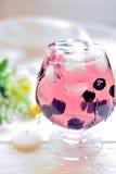 Koktajl w szkle z jagodami i wod pluśnięciami Obraz Stock