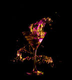 Koktajl w szkle z pluśnięciami na ciemnym tle Partyjna świetlicowa rozrywka Mieszany światło Obraz Royalty Free