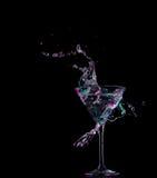 Koktajl w szkle z pluśnięciami na ciemnym tle Partyjna świetlicowa rozrywka Mieszany światło Zdjęcia Royalty Free