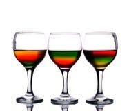 koktajl wypełniający stubarwni wineglasses Fotografia Royalty Free