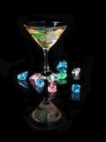 Koktajl z barwionym lodem na czarnym tle Fotografia Royalty Free