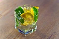 Koktajl z cytryny i miętówki liśćmi Zdjęcie Stock