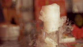 Koktajl z suchym lodem, wyparowywa białego gęstego dym zdjęcie wideo