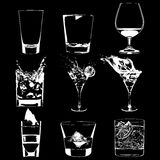 Koktajle ustawiający Wektorowi szkła inkasowi pić whisky partyjnego menu ilustracji