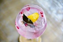 Koktajli/lów napoje, Kolorowy różowy alkoholu napój zdjęcia stock