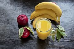 Koktajli/lów smoothies świeżej owoc bananowa nektaryna i jabłko zdjęcie stock