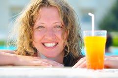 koktajlu basenu ładna pływacka kobieta Fotografia Royalty Free