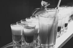 Koktajlu huk Wiele alkoholiczni koktajle fotografia stock