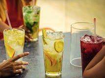 koktajlu menu Koktajle mieszają z owoc dla dziewczyn bawją się w barze zdjęcia royalty free